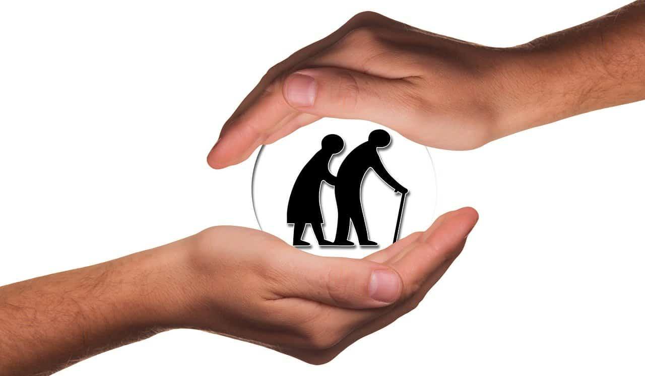 ידים שומרות על זקנים