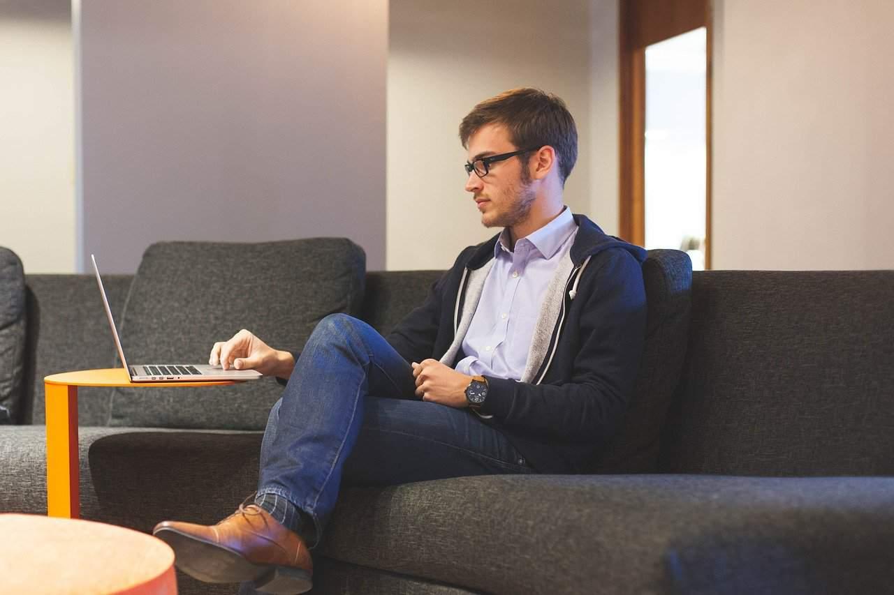 איש עסקים יושב ומחשב